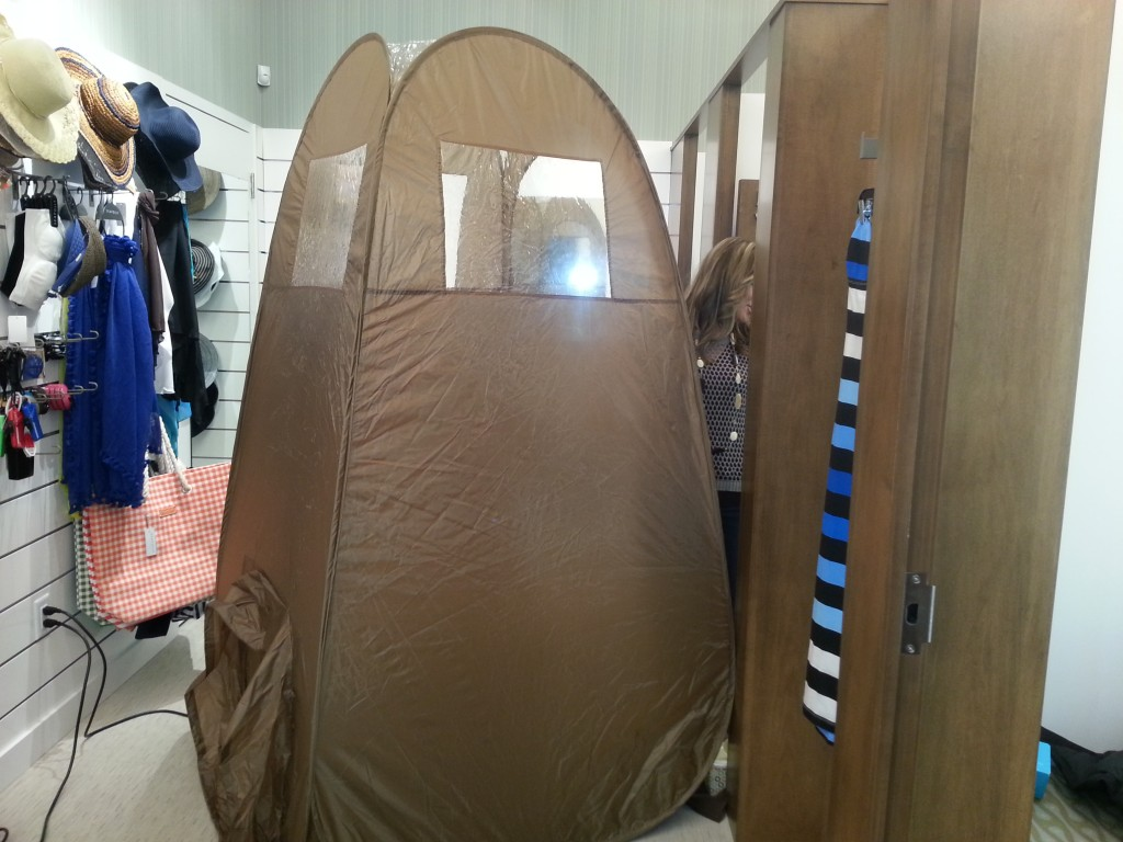 This is the spray tan tent that tan luis brings to your home.